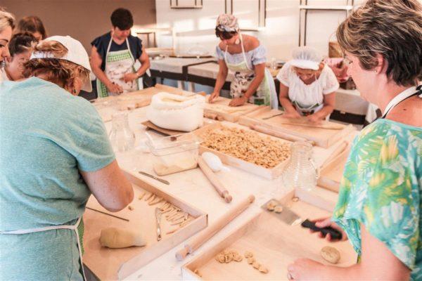 mani in pasta cava li santi laboratorio esperienza (1) (Custom)